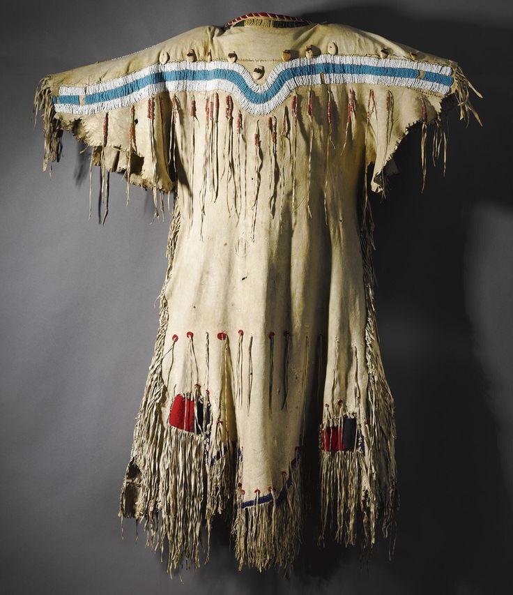 Раннее платье, Черноногие. Длина 52 дюйма. Пони бисер, лосиные зубы. Приобретено у Jim Hart, Черри Хилл, Нью Джерси, 1984.  Sotheby's. AMERICAN INDIAN ART 18 Maя 2007 года. Нью Йорк.