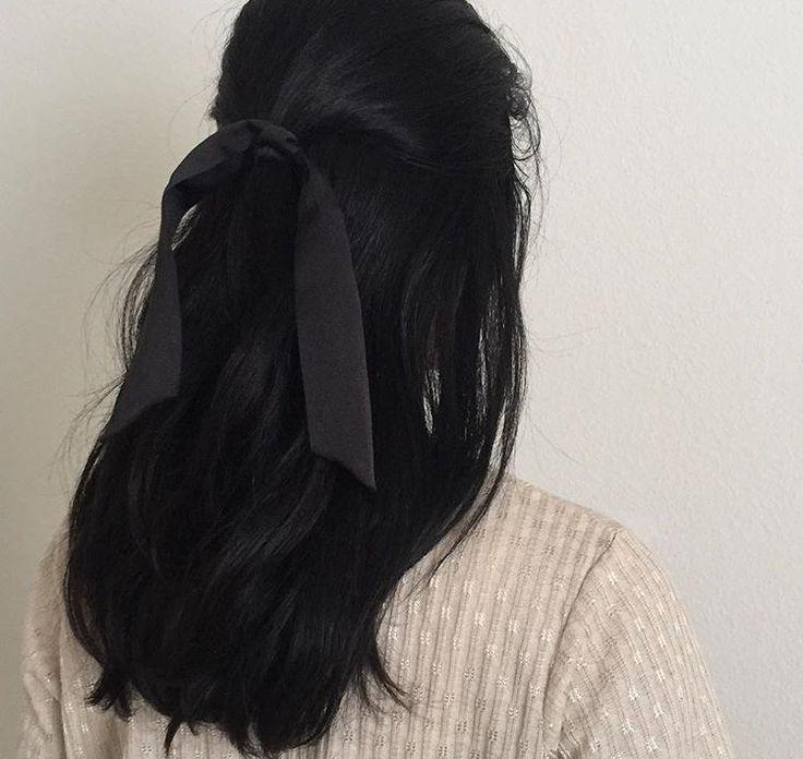 Девушки с черными волосами средней длины