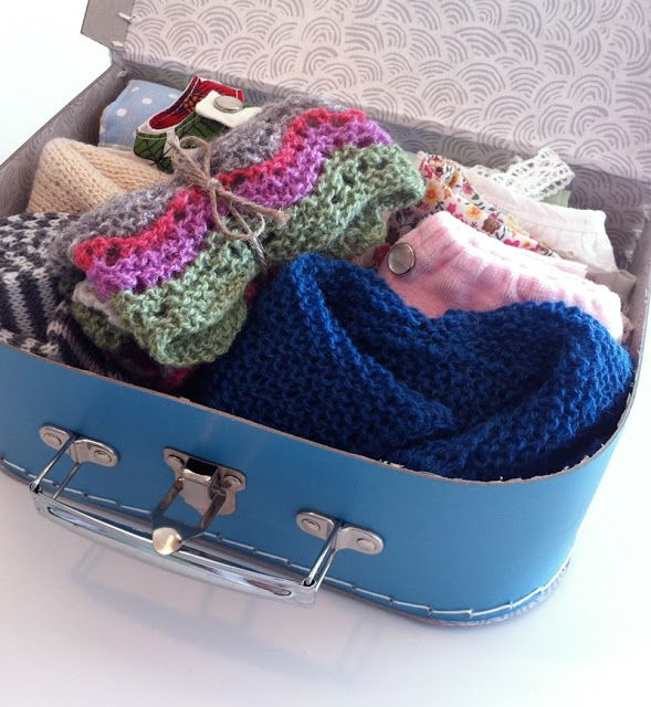 Nøsteblogg - Nøstebarns blogg: Strikkedukken Ruske-Sara får en venn. Koffert med hjemmelagde dukkeklær.