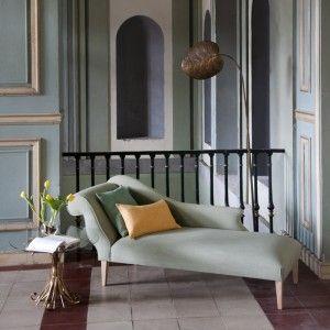 Una chaise longue, flores en la mesa, un buen libro y verte rodeado de arte en las paredes, ¿ acaso se necesita algo más?