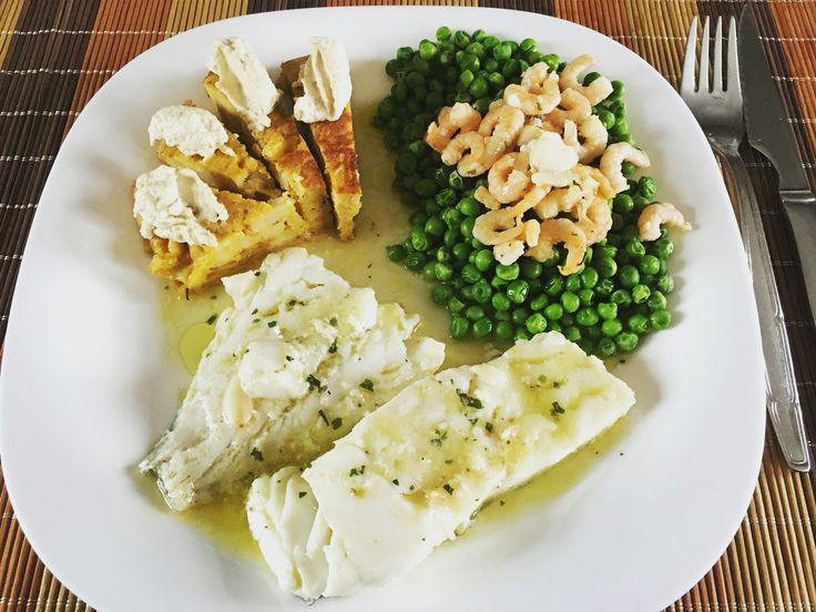 #bacalao al pil pil, #guisantes hervidos con #gambas y un trozo de #tortilla de patatas con #humus.  EvaluacionDeNutricion.com