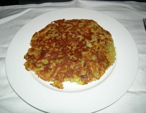 Für die Kartoffelrösti Paprika schälen, Kerne entfernen und in 1 cm lange feine Streifen schneiden. Geselchtes ebenfalls so schneiden. Karotte