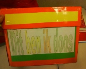Dit ben ik doos- elke week mag een van de kinderen de doos mee naar huis nemen en vullen met dingen die iets over hem of haar zeggen. Een foto, lievelingsboek, medaille, spullen van een hobby etc...