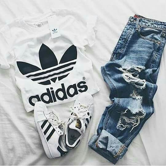 Outfit grid - T-shirt & ripped jeans