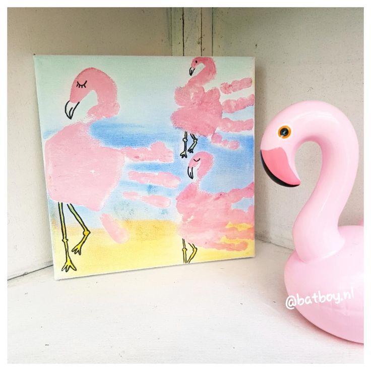 Lekker knutselen samen met je kind? Probeer dit vrolijk flamingo-schilderij eens te maken, simpel met behulp van de handafdruk van je kindje! Zo doe je het