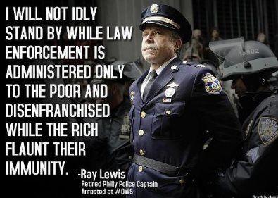 """""""No me quedaré parado sin hacer nada mientras la aplicación de la ley se administra sólo a los pobres y marginados, mientras que los ricos hacen alarde de su inmunidad."""" Ray Lewis, capitán retirado de Policía de Filadelfia, arrestado en las manifestaciones de Occupy Wall street"""