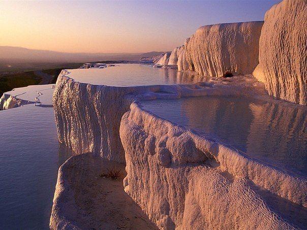 Памуккале - природные бассейны минеральной воды с температурой около 35°C