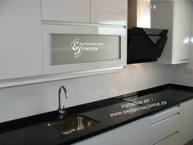 Realizaci n de muebles de cocina en blanco alto brillo con for Encimera de cocina lacada en blanco negro