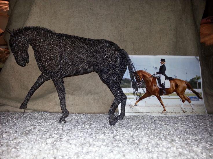 Kůň - drezúra. Celková výška je 25cm a délka 30cm. Zhotoveno smyčkou z černého, taženého, železného drátu 0,5mm - 83m. Pracnost 43hod..