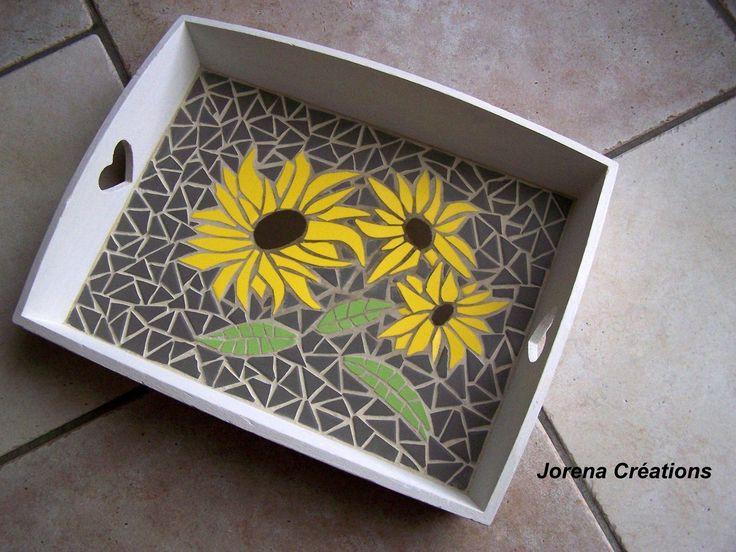 plateau bois avec coeurs et tournesols en mosa que plateau bois tournesols et mosaique. Black Bedroom Furniture Sets. Home Design Ideas