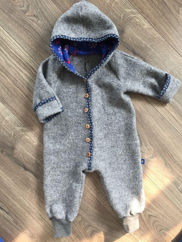 Ich nähe diesen schönen und praktischen Overall nach Bestellung. Er ist aus Walkstoff genäht,welcher die Babys im Herst/Winter schön warm hält. Der Stoff Besitz folgende Eigenschaften:...