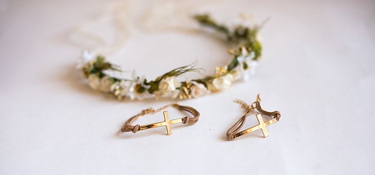 Detalles comunión para invitados. Pulseras con cruces grabadas a mano con el nombre de la niña. Ideal para entregar a los invitados. Tienda online.