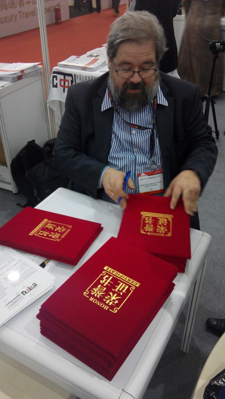 Prof. Dr. Wolfgang Georg Arlt signing the CTW Award Certificates.
