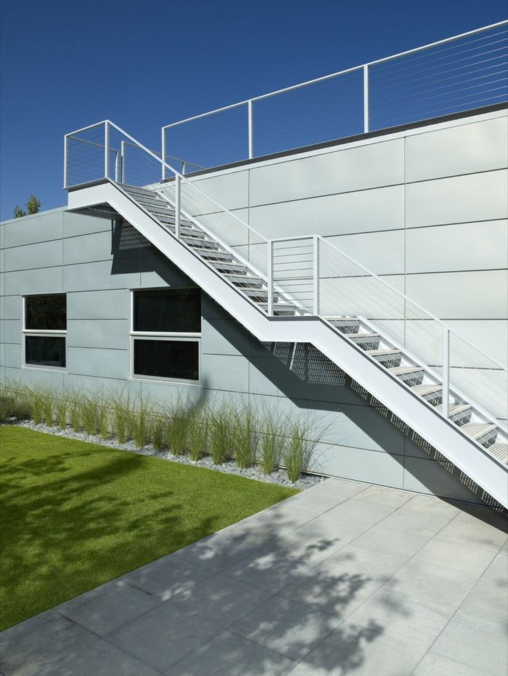 Manche sagen, dass Stahltreppen außen eine kühle Ausstrahlung haben. Für uns erinnern sie an Monreal, gleichzeitig an Kultur und Modernität!