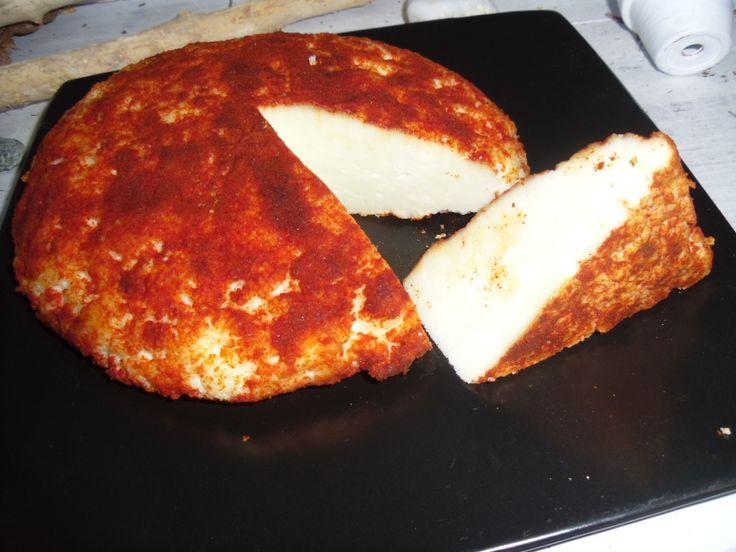 Bochánek, domácí kozí sýr pečený, pálivá a sladká paprika.