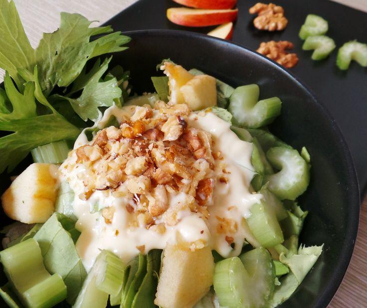 Astrea saláta Íme, az egyik kedvenc salátám: egyszerű, jó ízű, laktató, de mégis üdítő nyári étel. Titka az ízek különleges harmóniájában rejlik; nem mindennapi, ahogy a zeller és a római saláta kesernyés jellege összeolvad az alma édes-savanykás ízével és a dió aromájával. Az egész koronája pedig a jófajta majonéz.  Hozzávalók és recept:  http://kertkonyha.blog.hu/2014/06/28/astrea_salata