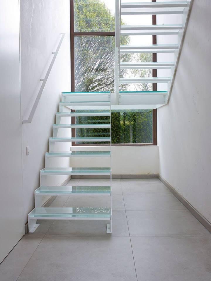 Stalen trap met glazen treden en een glazen bordes