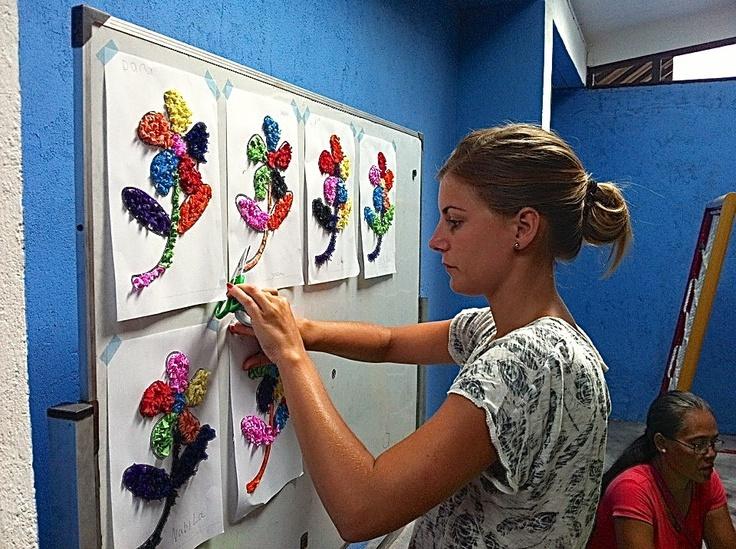 Shirly Immerzeel, enkele weken vrijwilligster op het Swara Swari Institute in Denpasar, een peuterschool voor slechthorende kinderen voorzien van hoorapparaten uit Nederland. Hier hebben we tijdens het knutselen de kleuren geoefend.