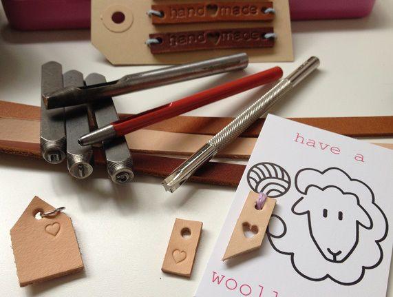 Kijk wat ik gevonden heb op Freubelweb.nl: een gratis werkbeschrijving van Nicollie om leuke leren labels te maken https://www.freubelweb.nl/freubel-zelf/zelf-maken-met-leer-8/