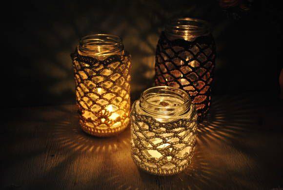 ❤ Trio de luminárias em pote de vidro, revestido de crochê e iluminação de velas (3 velinhas inclusas).  As chamas das velas tremulam e o efeito sobre o crochê é incrível! Lindo para decorar uma noite especial, seja ela de Natal, Reveillon ou de uma data romântica.  ❤ Cor: - 1 unidade em pronta entrega nas cores cru, bege e marrom (foto) Podemos produzir com qualquer cor de sua preferência.  ❤ Medidas: Luminária P:  9x8cm  Luminária M: 13x8cm Luminária G: 15x9cm  ❤ P…