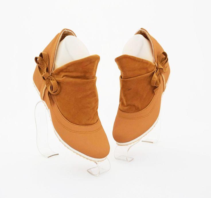 Sepatu boot model terkini, fashionable cantik. Warna coklat. Heels 5 cm. Bahan kulit sintetis dan beludru