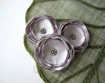 Grandes flores de satén, flor apliques, flores de tela por mayor, flores artificiales, rosas gris platino (3pcs) - gris de plata flores