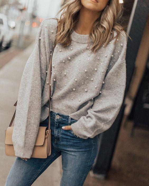 Perlen, überall Perlen - dieser Fashiontrend ist ein Schmuckstück für sich. ketten und Ohrringe sind hiermit komplett überflüssig, alles, was wir brauchen, sind mit Perlen verzierte Jeans, Pullover oder Schuhe. Weitere Inspirationen findest du auf unserem Blog :) Trend / fashion / Pullover / Pulli / Perlen / Jeans / Outfit / grey / grau / woman / women / girl | Stylefeed