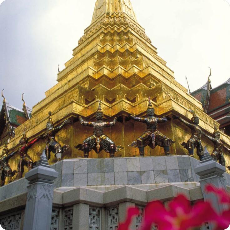 Μπανγκοκ… Η πρωτεύουσα των αντιθέσεων, εδώ που το παρελθόν συναντάει το μέλλον αλλά πάντα με μια μοναδική ασιατική ομορφιά.