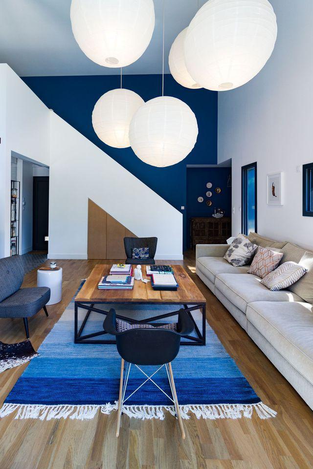 Harmonie de bleus côté salon dans cette maison d'architecte.