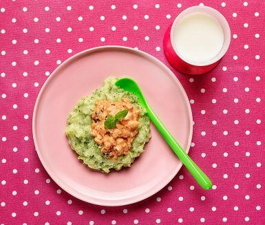 Med den här rätten introducerar du goda italienska smaker och dofter till ditt barns smakpalett. Kycklingen i krämig tomatsås serveras med potatis- och broccolimoset, en fröjd för såväl öga som gom! Om ditt barn har svårt att tugga kan kycklinglårfilén bytas mot kycklingfärs som kokas klar i såsen.