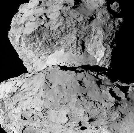 探査機ロゼッタが7日に104キロ手前から撮影したチュリュモフ・ゲラシメンコ彗星(すいせい)の詳細な写真。「頭部」(写真上)と「胴体」の接続部分(ESA提供) ▼16Aug2014時事通信 頭と胴体、元は二つ?=欧州探査機撮影の彗星本体-小惑星のような岩石だらけ http://www.jiji.com/jc/zc?k=201408/2014081600166 #67P_Churyumov_Gerasimenko ◆67P/Churyumov–Gerasimenko - Wikipedia http://en.wikipedia.org/wiki/67P/Churyumov%E2%80%93Gerasimenko