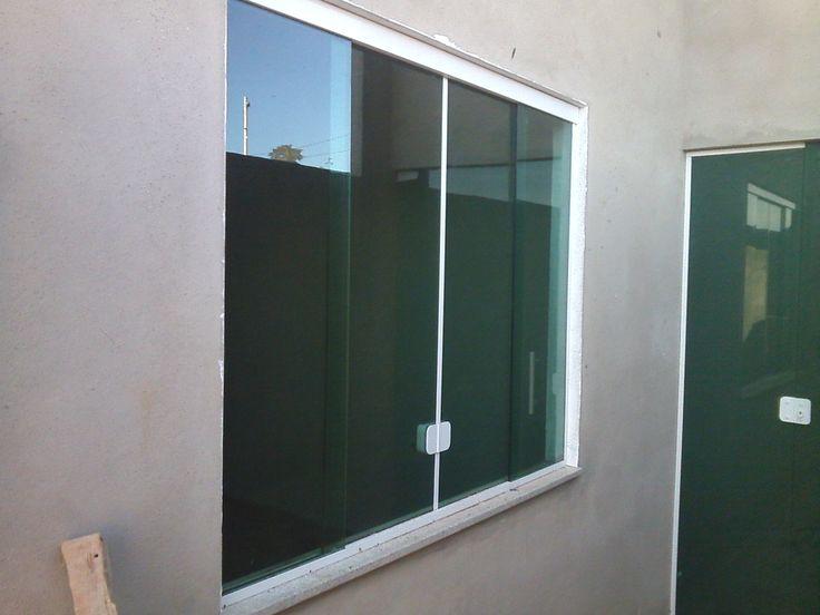 Janela de vidro temperado verde com acabamento em aluminio branco... mais conteudo em www.ferroevidro.com.br