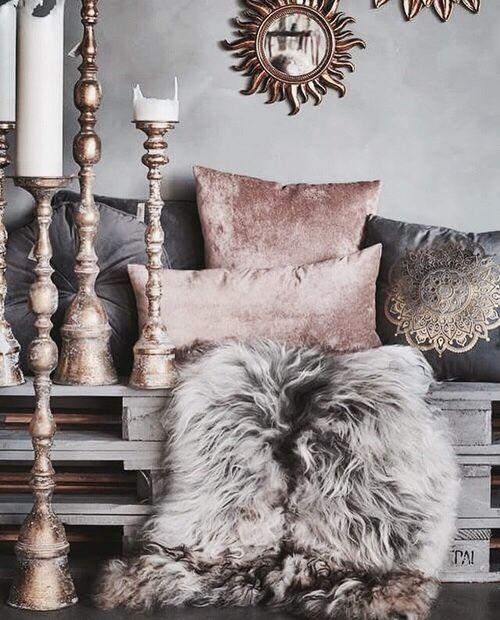Home Design Éléments de décoration, coussins et chandeliers Glam bohème