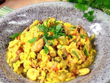 Härligt krämig risotto med spänstiga skaldjur. Saffran, vitt vin och svamp gör denna skaldjursrisotto till en riktig goding.