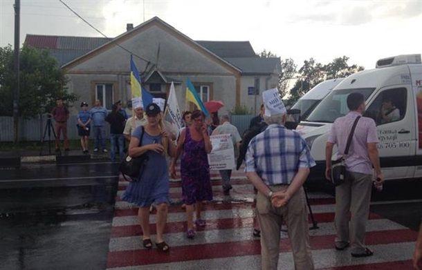 В Закарпатье валютные заемщики перекрыли трассу Киев-Чоп (ФОТО)