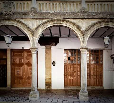 """La Alhóndiga, antiguo edificio (siglo XVI) dedicado a la compra-venta y depósito de cereales. Albergó el café-bar """"Los Pinetes"""".Baeza. Jaén"""