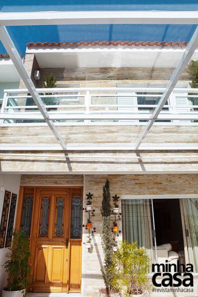 A cobertura transparente da garagem – uma estrutura de metal com vidro temperado 9 mm, mesmos materiais do guarda-corpo da varanda – permite que a luz natural alcance a sala. O beiral do telhado revela apenas o contorno das telhas romanas com pouca inclinação (30%).
