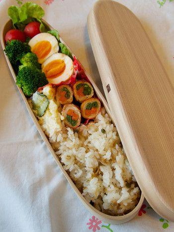 長方形のお弁当箱は難しく見えますが、規則正しく同じものを横線に沿うようなイメージで並べていくのがコツです。
