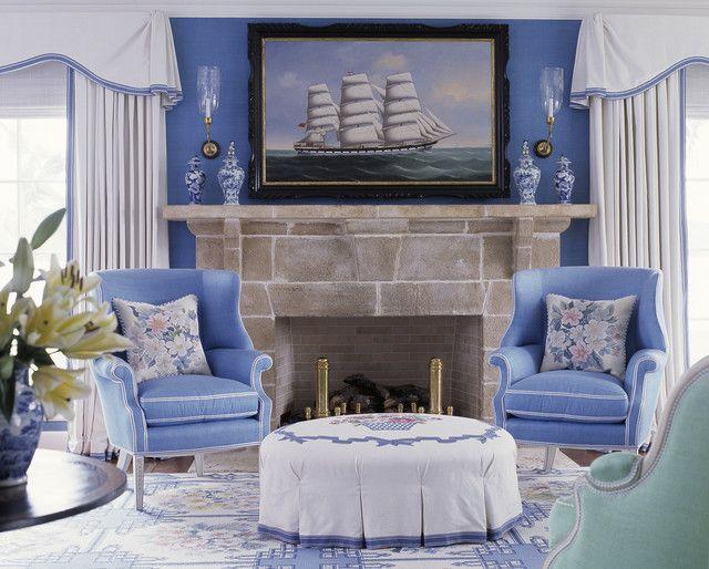 Бело-голубые шторы для гостиной в традиционном стиле