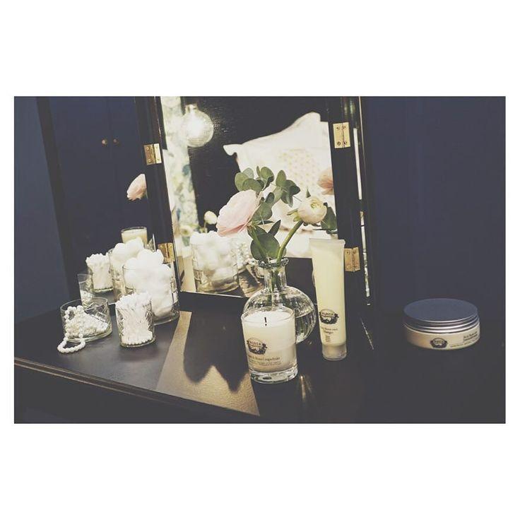 @karinmannerstal underbara sovrumsinredning från gårdagens program. Där hon bjuder på super snygg sminkbords inspiration som du kan göra själv. Inslaget finns att se på TV4 Play.  #äntligenhemma #tv4 #karinmannerstål #sovrum #inredning #interior #sminkbord #gördetsjälv #diy by antligenhemma