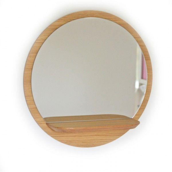 <p>Belle étagère-miroir Sunlight ronde en medium plaqué chêne, tout en rondeur avec une tablette en chêne massif, à fixer au mur dans une entrée, une chambre ou une salle de bain, design Reine Mère, fabrication française. Pour une ambiance scandinave chic et raffinée , associez les différentes tailles entre elles! On aime son format rond et la tablette pour mettre en valeur vos petits trésors.</p>