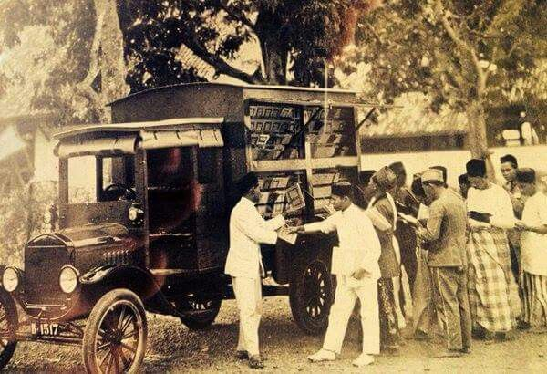Jakarta, Perpustakaan Keliling 1910. How fascinating. I wonder what kind of book they offered?