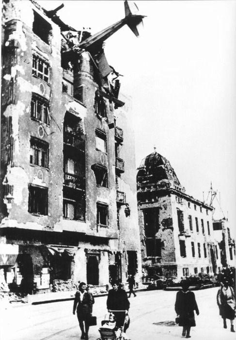 Aeroplano DFS-230 glider de aprovisionamiento, estrellado contra un edificio en Budapest, Hungría. 1945