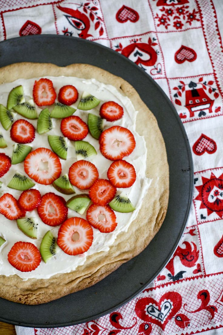 Fruit Pizza. I need to make this dessert! So simple and easy to make.