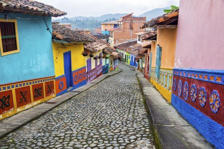 """""""Medellin in Columbia heeft in een paar jaar tijd een metamorfose ondergaan van drugsstad naar toeristische parel: avant-garde architectuur met de Andes op de achtergrond, parken met beelden en schilderijen, goede restaurants en een chic nachtleven.""""   De 20 plaatsen die je volgens National Geographic in 2015 moet zien - Top 10 - Reizen - KnackWeekend.be"""