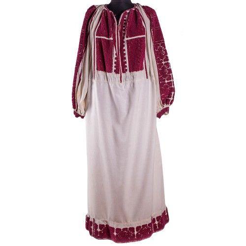 Ia datează din perioada 1900-1920, fiind una dintre cele mai valoroase piese de acest gen. Ea este originară din zona Argeș - Muscel, este lucraă pe pânză de bumbac, iar decorațiunile sunt lucrate tot cu fir de bumbac roșu închis - grena. Bluza are un model alcătuit din șiruri și linii, simbolizând calea dreaptă în viață, urcușul social și mărirea. Produs unicat.  #FloriDeIE #RomanianBlouse #TraditionalMotifs