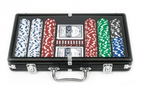 SET POKER 300 FICHES VALIGIA NERA. Set da poker da 300 fiches, grammatura 11.50 da gara non numerate 5 dadi,  due mazzi di carte,  gettone dealer-in valigetta nera
