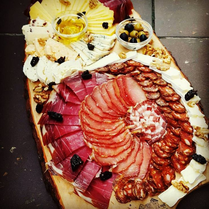 "5 oznaka ""sviđa mi se"", 1 komentara – Magdalena Jelić (@megwrite) na Instagramu: ""Siriously we eat this🍴#kulen #prshut #cheese #olives #kontinentalcroatia"""