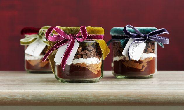Schoggipulver deluxe (heisse Schokolade): Schichten im Glas: Kakaopulver einfüllen, bei Bedarf Glaswand mit einem Backpinsel reinigen. Gewürze miteinander ...