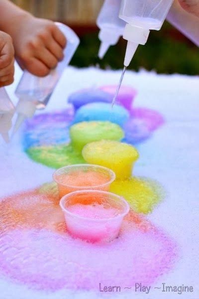 Hacer hermosas erupciones del arco iris con bicarbonato de sodio y vinagre - emocionante para los niños y adultos por igual!